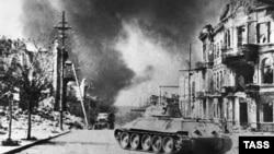 Советский танк Т-34 на одной из улиц Севастополя, 1944 год