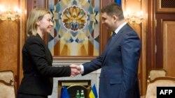 Aİ-nin xarici işlər komissarı Federica Mogherini dekabrın 8-də Brüsseldə Ukrayna baş naziri Volodimir Hroysmanla görüşüb
