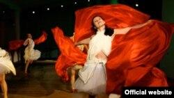 Авторы спектакля смешали пластику танца с иронией и драматизмом текстов