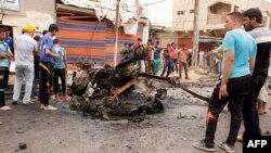 مواطنون يتفحصون آثار تفجير في الكمالية شرق بغداد
