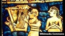 """Шумерлердин шаар-мамлекетти Урдагы """"Тынчтык"""" штандартындагы лира ойноп жаткан киши. Болжол менен б.з.ч. 2500 жыл."""