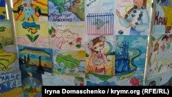 Дитячі малюнки під час акції до шостої річниці окупації Росією Криму на контрольному пункті в'їзду-виїзду «Каланчак», Херсонська область, 3 березня 2020 року
