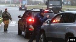Policia në Bruksel gjatë kontrollit të veturave