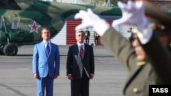 Președinții Sarkisian și Medvedev la aeroporul din Erevan