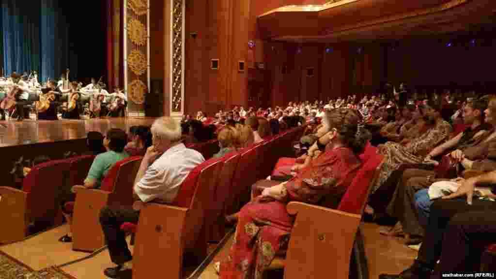 Döwlet simfoniki orkestriniň Rasul Glyjowyň ýolbaşçylygyndaky konserti. Aşgabat, Iýun, 2021.