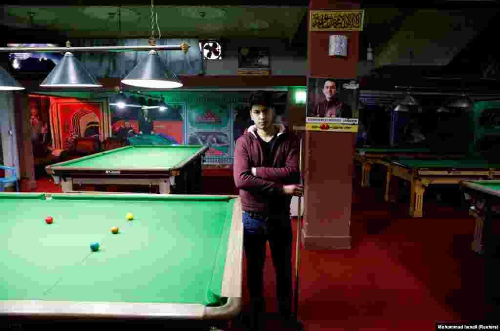 """18-летний Фарзад Аслами в бильярдном клубе Кабула. """"Мы хотим мира ради благополучия нашей страны. Мы не хотим новых атак смертников и взрывов""""."""