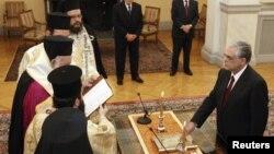 Новиот грчки премиер Лукас Пападемос положува свечена заклетва во Претседателската палата во Атина на 11 ноември 2011 година.