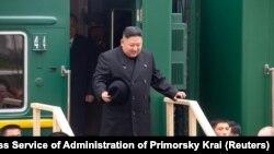 Ռուսաստան - Հյուսիսային Կորեայի առաջնորդ Կիմ Չեն Ընը իջնում է զրահապատ գնացքից, Վլադիվոստոկ, 24-ը ապրիլի, 2019թ․