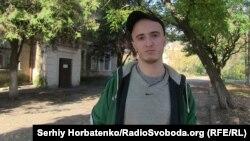 Михаил Тышкевич на фоне корпуса «Областной клинической психиатрической больницы г. Славянска»