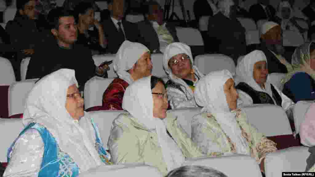 Маңғыстауға келген Иран қазақтары облыстық филармония залында сахнадағы көріністі тамашалап отыр. Ақтау, 25 қазан 2015 жыл.