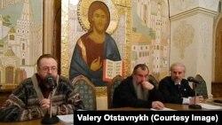 Валерий Отставных (сол жақта) Мәскеудегі Құтқарушы Христос храмында баяндама жасап отыр