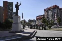 У памятника президенту США Биллу Клинтону в Приштине