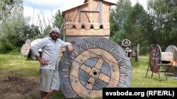 Менскі скульптар Валянцін Борзды побач са сваёй працай