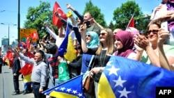 Сараевонун эли Өкмөт үйүнүн алдында Түркиянын президенти Эрдоганды күтүп алууда. 20-май 2015