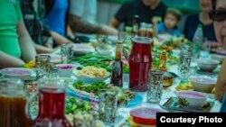 Сьвяточны стол у гасьцях падчас візыту ў Беларусь, фота Cole Herning