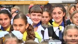 Школярі Маріуполя та Слов'янська на 1 вересня вдягнули вишиванки та синьо-жовті стрічки
