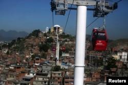 """Один из самых известных трущобных комплексов Рио - фавела """"Complexo do Alemao"""""""