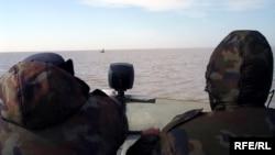 Каспий теңізінде шолуға шықққан шекарашылар қайығы.