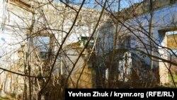 Внутри дома Хлебникова растут деревья