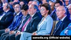 Основательница и член оргкомитета Евразийского медиафорума, спикер сената Казахстана Дарига Назарбаева (в голубом) на открытии мероприятия, Алматы, 23 мая 2019 года.