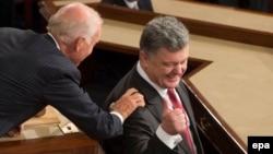 Вице-президент США Джо Байден приветствует президента Украины Петра Порошенко на совместном заседании конгресса США. Вашингтон, 18 сентября 2014 года.
