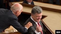 Вице-президент Джо Байден приветствует президента Украины Петра Порошенко на совместном заседании Конгресса, на Капитолийском холме в Вашингтоне, 18 сентября 2014