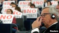"""Pancarte cu inscripţia """"Nu austerităţii"""" în Parlamentul European, în timpul votării lui Jean-Claude Juncker pentru funcţia de preşedinte al Comisiei Europene"""