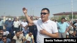 Лидер профсоюза работников предприятия «Бургылау» Садуакас Беккалиев выступает на забастовке. Жанаозен, 29 июля 2016 года.