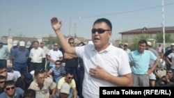 Садуакас Беккалиев произносит речь перед работниками ТОО «Бургылау» на автобусной станции в Жанаозене. 29 июля 2016 года.