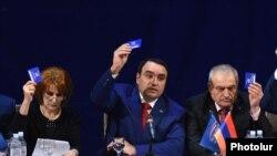 Лидер партии «Армянское возрождение» Артур Багдасарян (в центре)