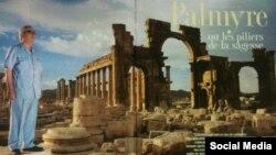 Ғалым Халед Асад Пальмира қаласының фонында тұрған плакат.