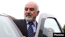 Հայաստան - Նախագահի նախկին թեկնածու Պարույր Հայրիկյանը մեքենա է նստում լրագրողների հետ հանդիպումից հետո, արխիվ, Երեւան, 28-ը մայիսի, 2013թ․