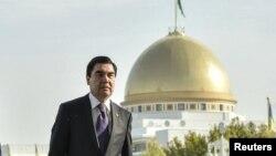 Počevši od predsjednika Gurbangulija Berdimuhamedova, službena linija u Turkmenistanu je da je ta zemlja fantastično mjesto kojem ništa ne nedostaje. Zgrade su bijele i sjajne, a budućnost svijetla i puna obećanja.