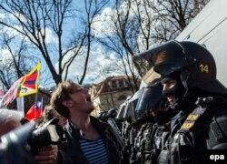 Супротивники візиту президента Китаю перед лавою поліції, Прага, 29 березня 2016 року