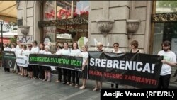 Участники демонстрации в память о жертвах убийств в Сребренице. Белград, 6 июля 2015 года.