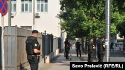 Pamje e policisë para gjykatës në Podgoricë ku mbahet procesi kundër të akuzuarve për komplot