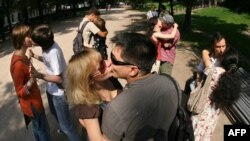 Public kissing in Moscow recently seems to have reached a new level.