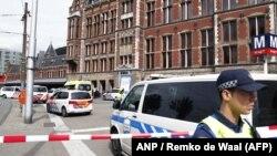 Екі адам пышақталған соң Амстердамның орталық темір жол вокзалын полиция қоршауға алған. Амстердам, 31 тамыз 2018 жыл.