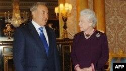 Қазақстан президенті Нұрсұлтан Назарбаев Букингем сарайында ағылшын ханшайымы екінші Елизаветаның қабылдауында. Лондон, 21 қараша 2006 жыл