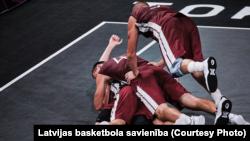 Игроки сборной Латвии по стритболу празднуют победу в финальном матче олимпийского турнира в Токио, 28 июля 2021 года