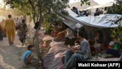 Takarók és kezdetleges sátrak alatt húzzák meg magukat a Kabulban rekedt belső menekültek 2021. augusztus 11-én