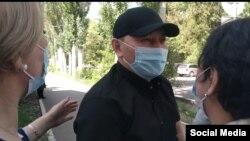 Жеңиш Молдакматов. ИИМ имаратынын алдында. 8-май. Бишкек.