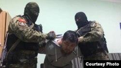 Чынгыз Джумагулов во время задержания. 11 апреля 2019 года.