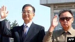 کیم جونگ ایل (چپ) و ون جیابائو