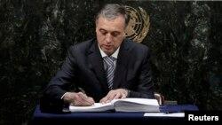 Filip Vujanović potpisuje Pariški sporazum, Njujork, 22. april 2016.