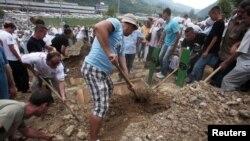 Перезахоронение останков убитых на кладбище Поточари в Сребренице