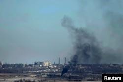 Дым от обстрелов Дебальцево боевиками, 18 февраля 2015 года