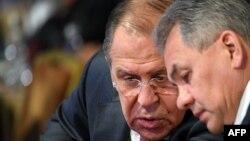 Sergei Lavrov și ministrul apărării Serghei Șoigu la Conferința de la Moscova
