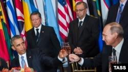 Обама Путин менен жолугушканда формалдуу гана тост айтты. Нью-Йорк, 28-сентябрь, 2015.