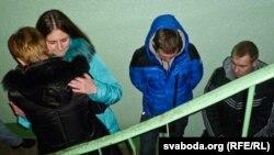 Молодые люди у квартиры Любови Ковалевой выражают ей соболезнования. Витебск, 18 марта 2012 года.